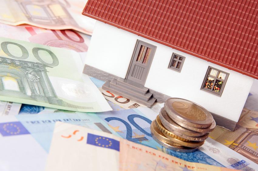 kleines Haus mit Geldscheinen